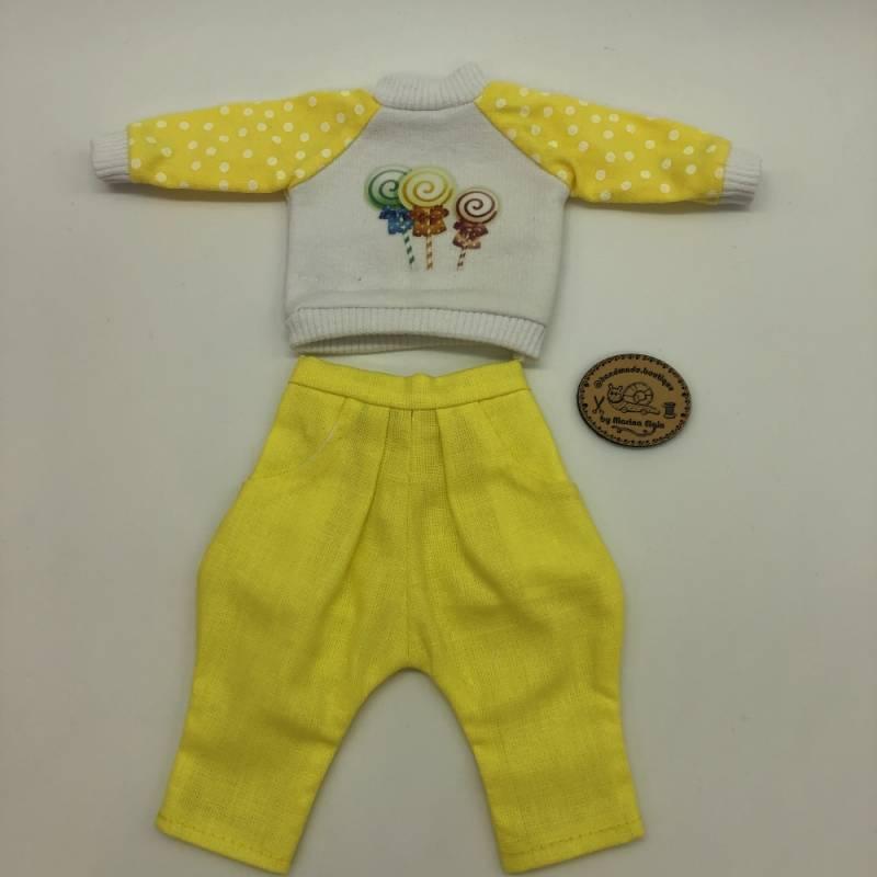 Yellow cargo pants and sweatshirt with lollipops