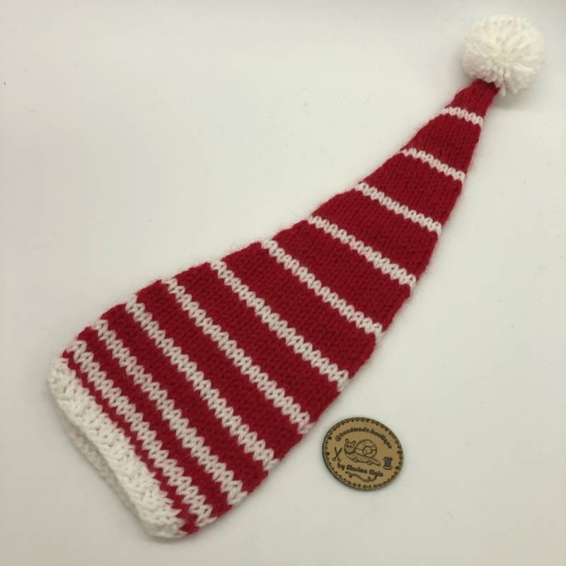 Weiße Mütze mit breiten roten Streifen und weißem Pompon