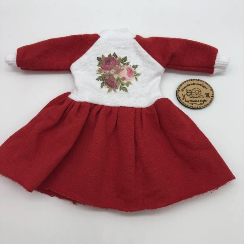 Rotes Kleid mit Rosen