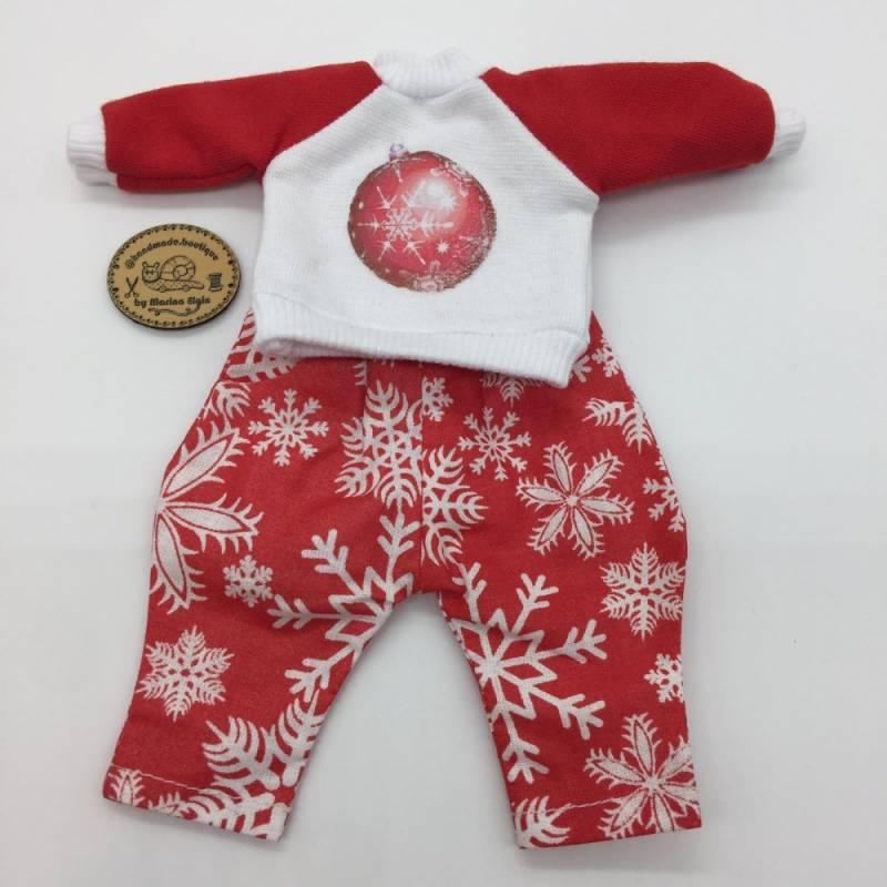 Rote Hose und Sweatshirt mit Weihnachtsbaumkugel