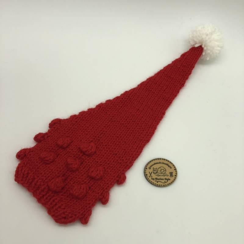 Rote Mütze mit roten Punkten und weißem Pompon