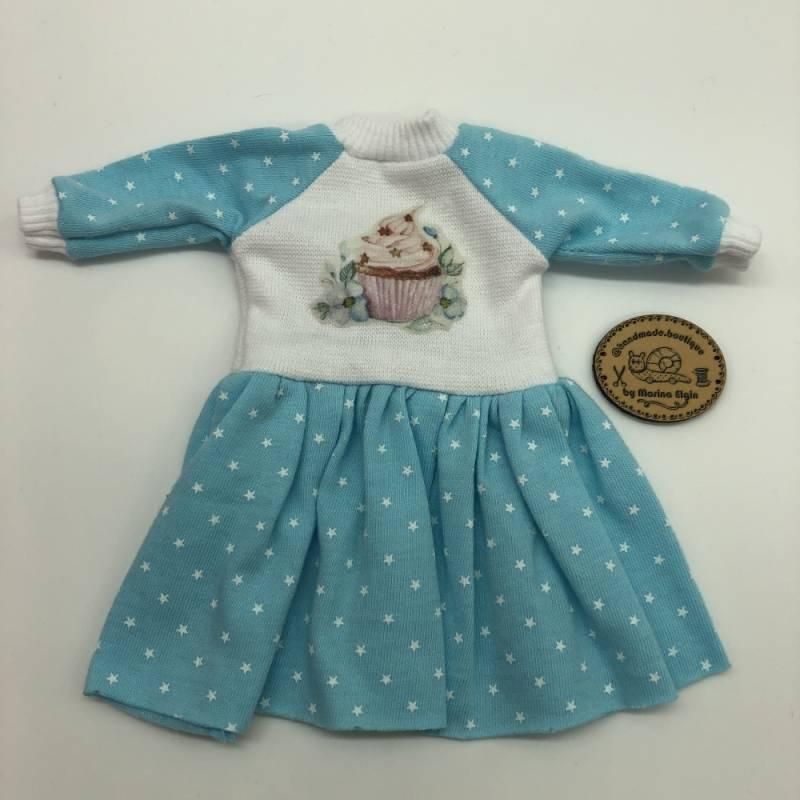 Hell blaues Kleid mit Sternchen und Cupcake