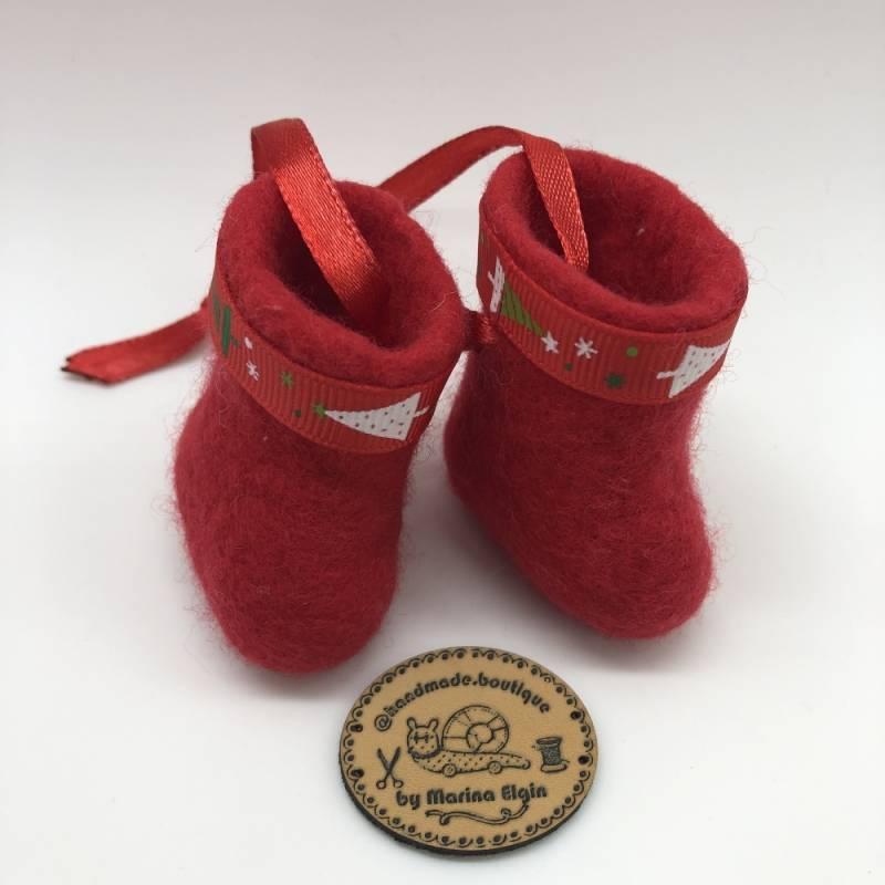 Rote Filzschuhe zum Weihnachten