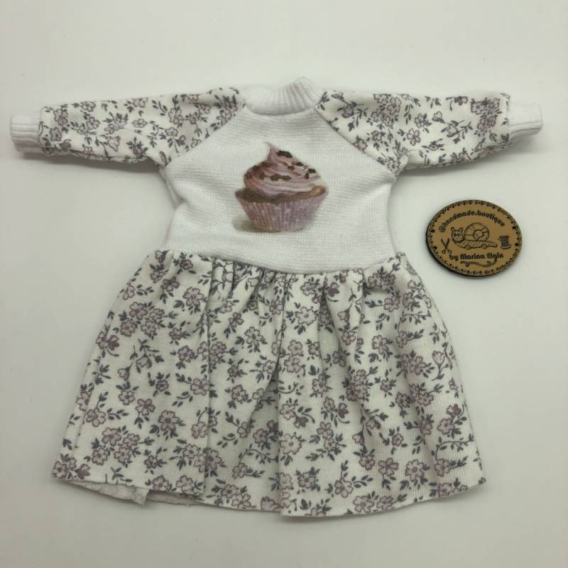 Dress with lila flowers and cupcake