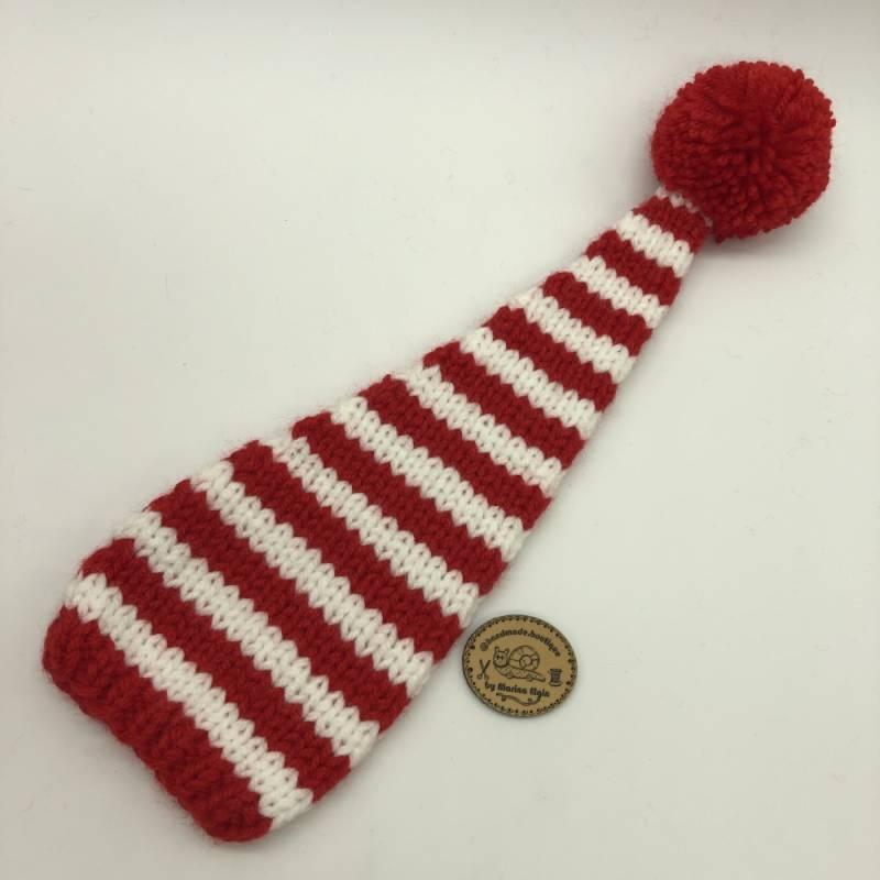 Rote Mütze mit mittel breiten Streifen und rotem Pompon