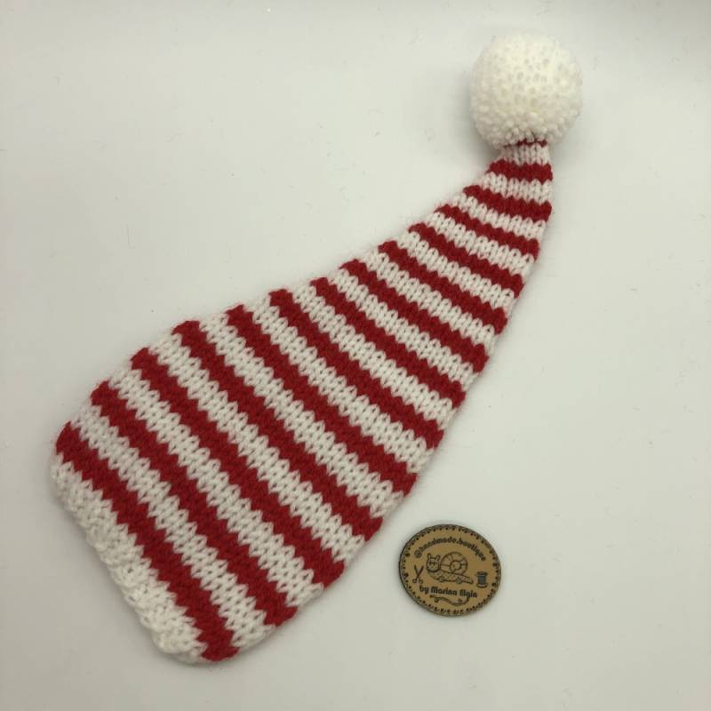 Weiße Mütze mit mittel breiten roten Streifen und mit weißem Pompon