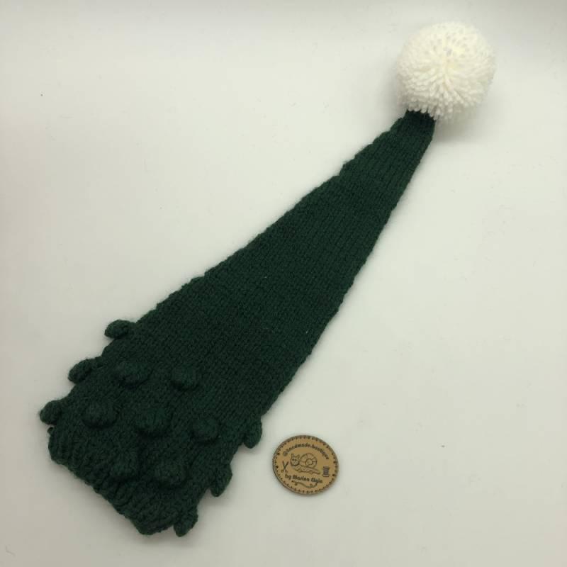 Grüne Strickmütze mit weißem Pompon