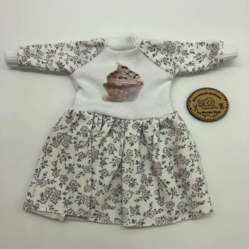 Kleid mit lila Blumen und cupcake