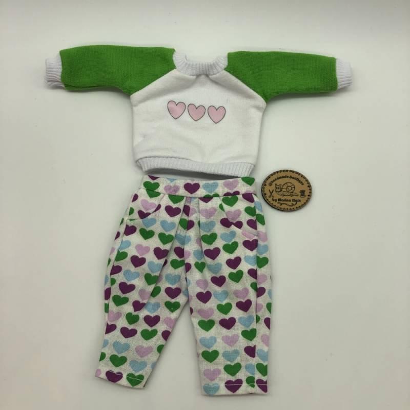 Hose und Sweatshirt mit grünen, rosa, violetten Herzen